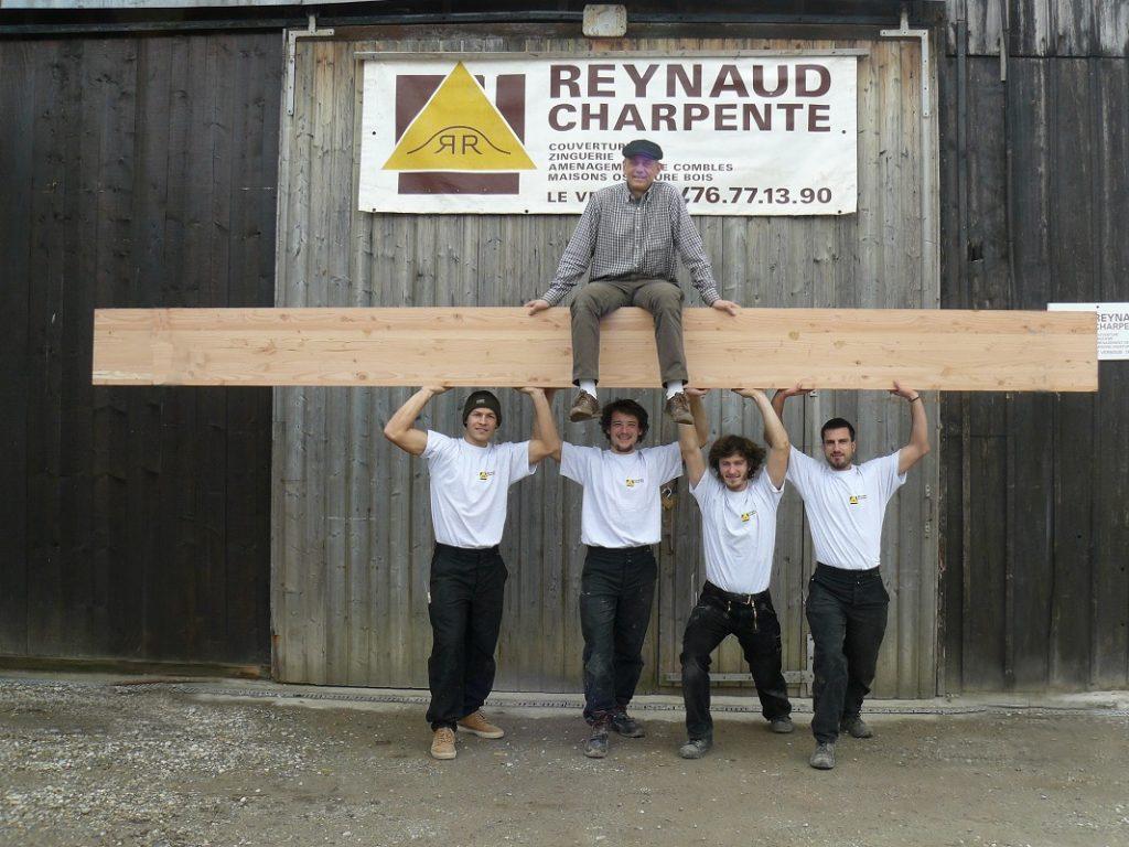 Une partie de l'équipe de charpentiers portant Jean-François Reynaud
